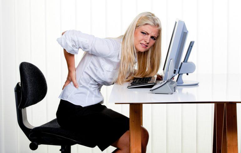 У женщины в офисе болит спина