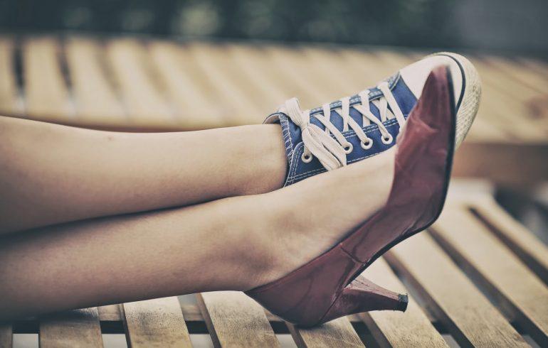 разная обувь на женских ногах