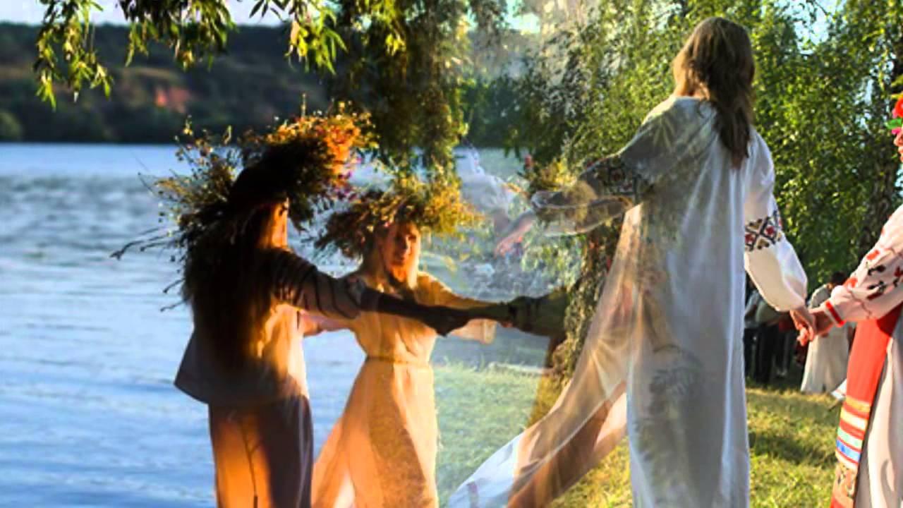 девушки танцуют у реки