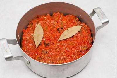 рыба и морковь тушатся в кастрюле