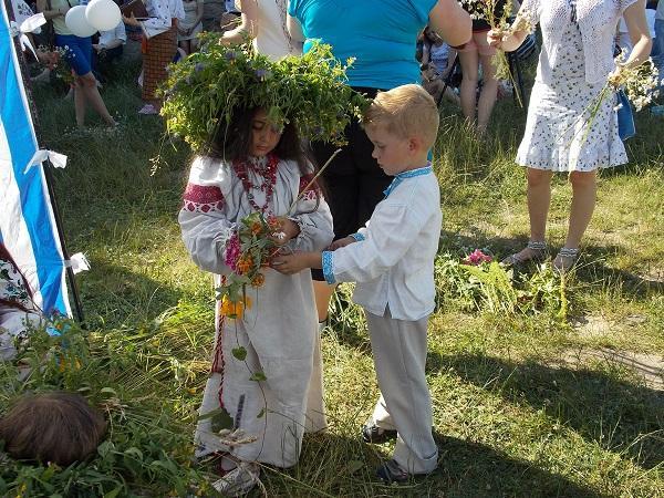 мальчик и девочка в украиских костюмах на празднике Ивана Купала