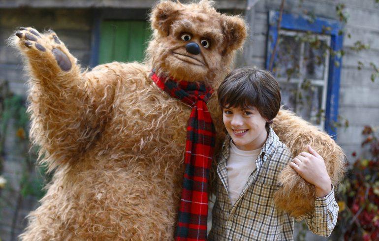 человек в костюме медведя и девочка