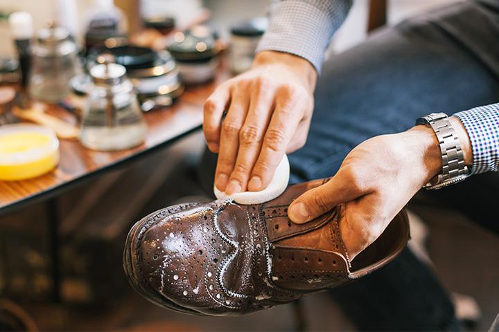 смазать мужские ботинки кремом