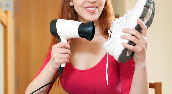 сушить обувь феном