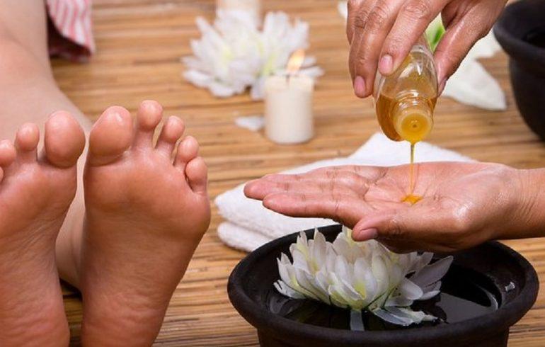 смазывать стопы ног маслом