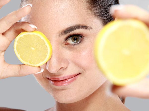 девушка с лимоном на лице