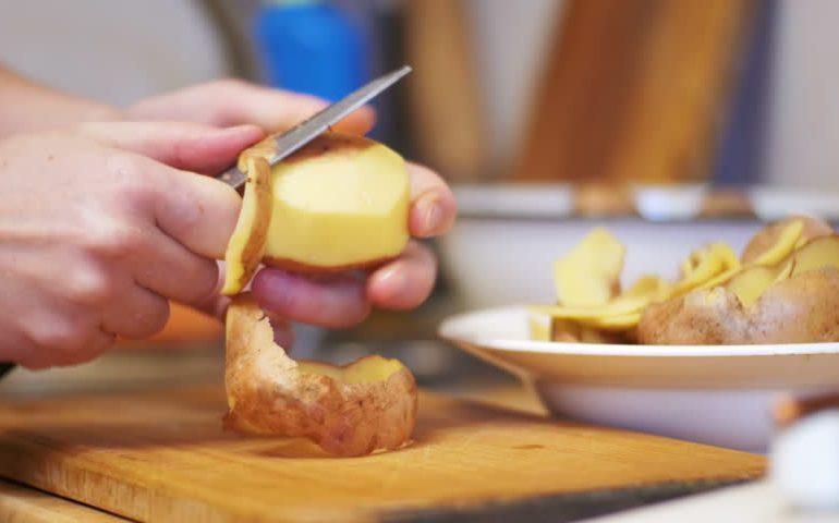 картофельные очистки в руках
