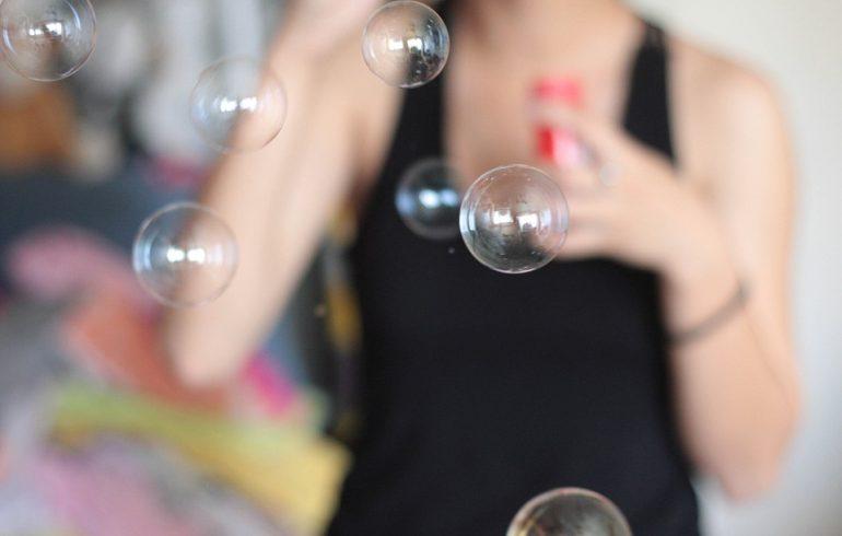 женщина пускает мыльные пузыри