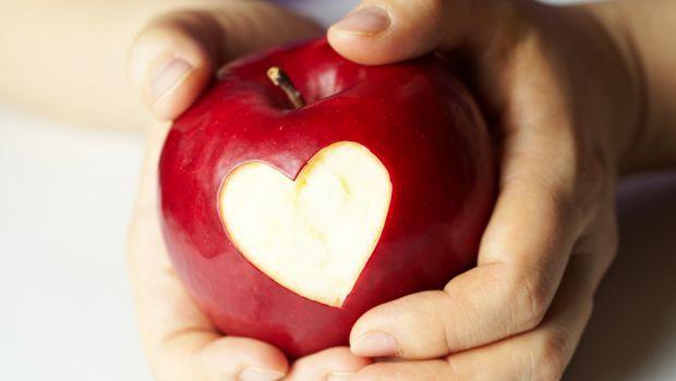 в яблочке сердце вырезанное