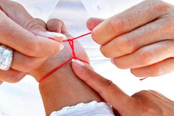 красная нитка защищает от сглаза