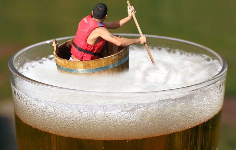плавать в море пива