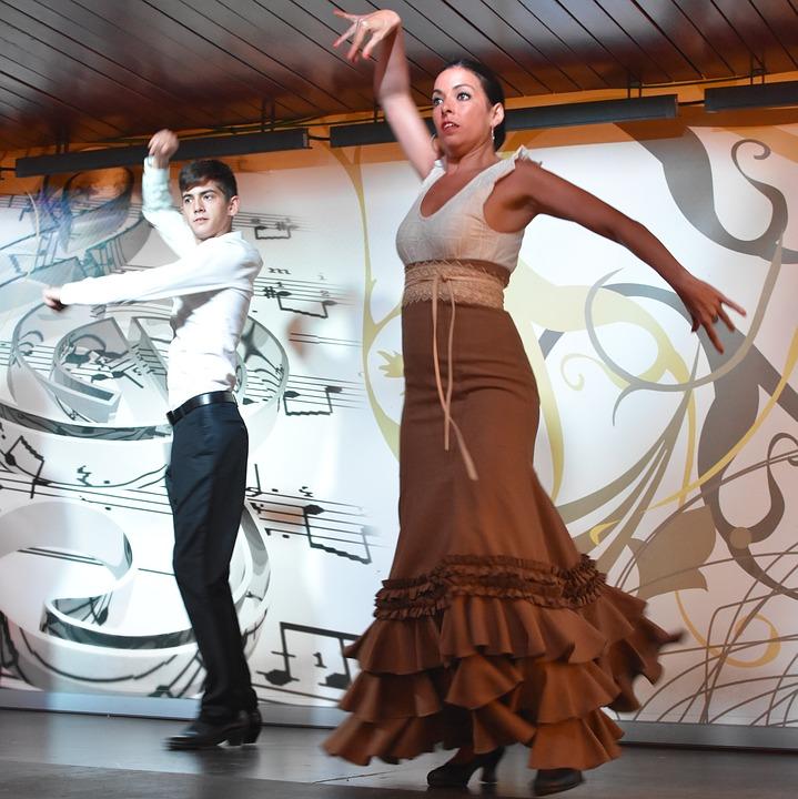 мужчина и женщина танцуют фламенко