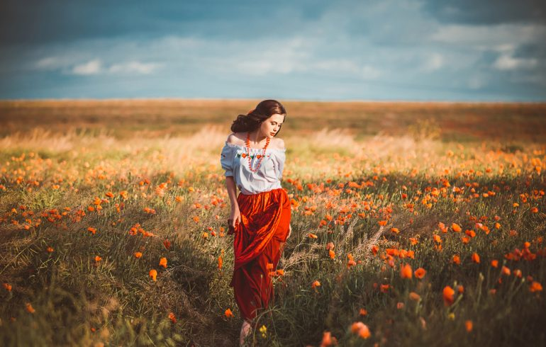украинская девушка гуляет в поле