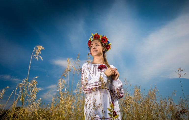 украинский венок на девушке в национальной одежде