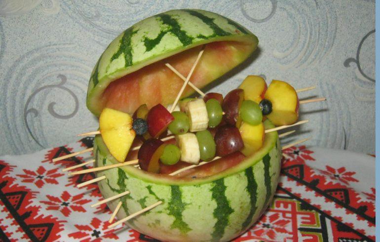 фруктовое барбекю в арбузе