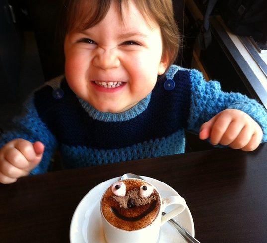 ребенок пьет шоколадный коктейль «Антистресс»