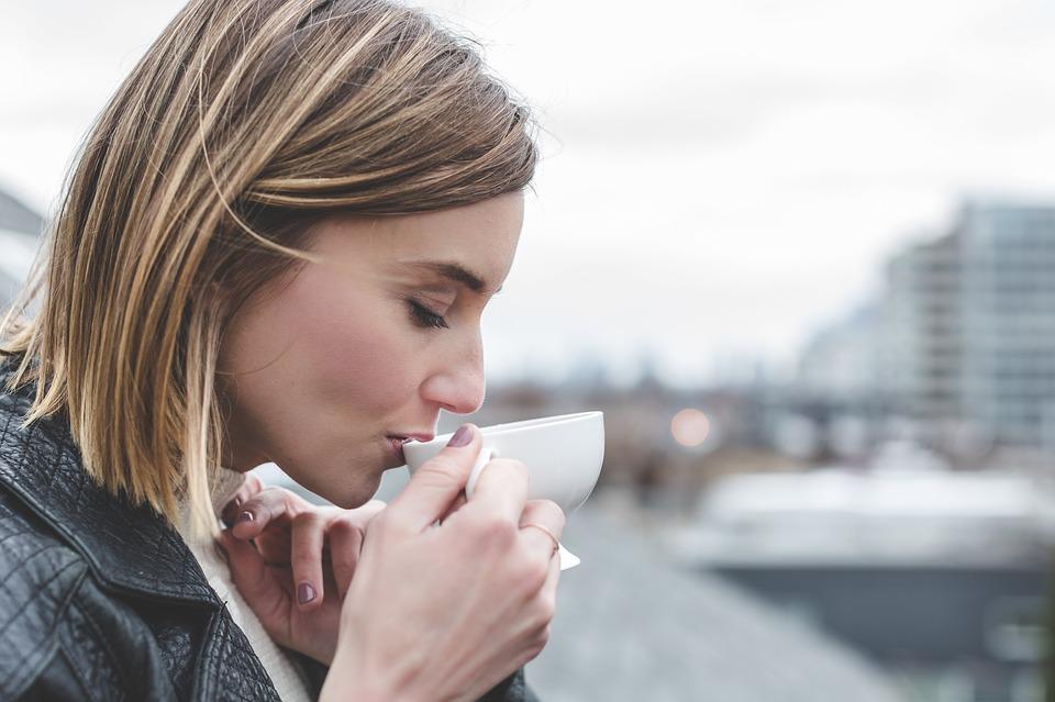 девушка пьет из чашки зеленый чай