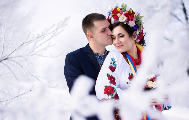 парень и девушка в украинской одежде
