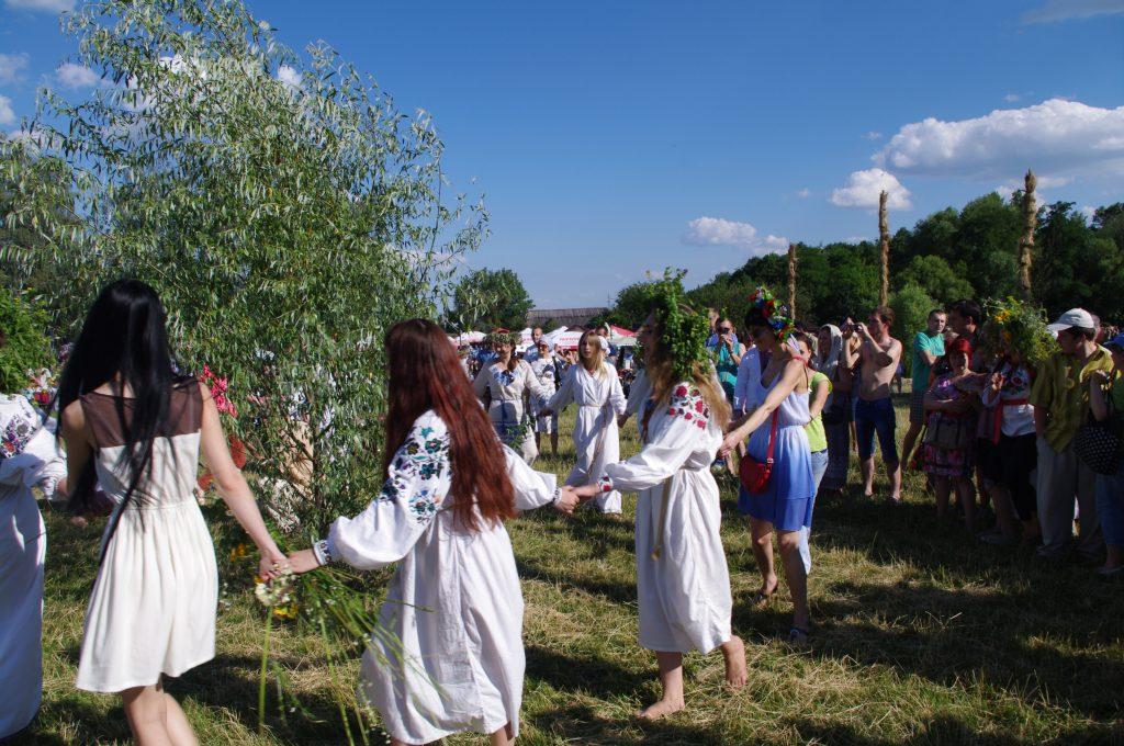 украинки в национальной одежде в хороводе