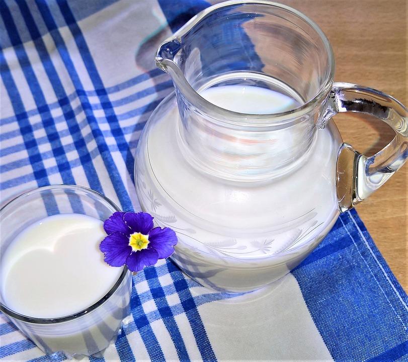 кувшин молока на столе