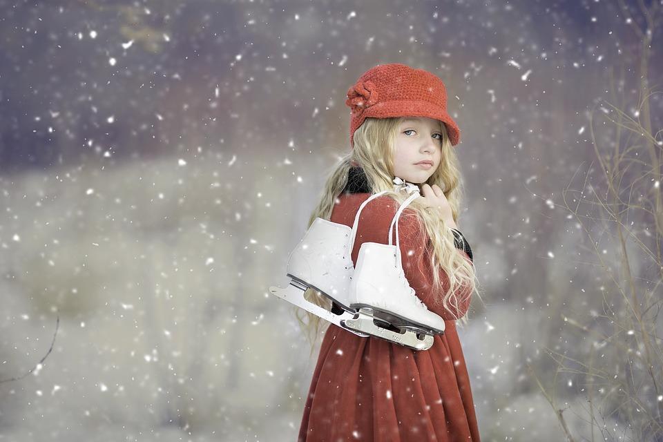 девочка с коньками любит зиму