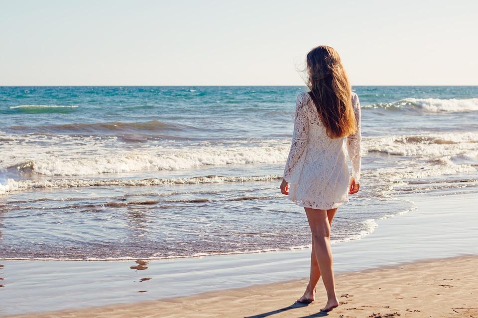 девушка летом на берегу моря