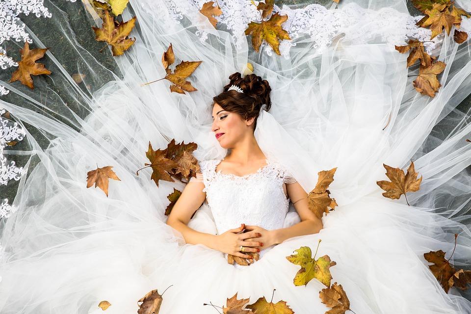 невеста в свадебном платье осенью