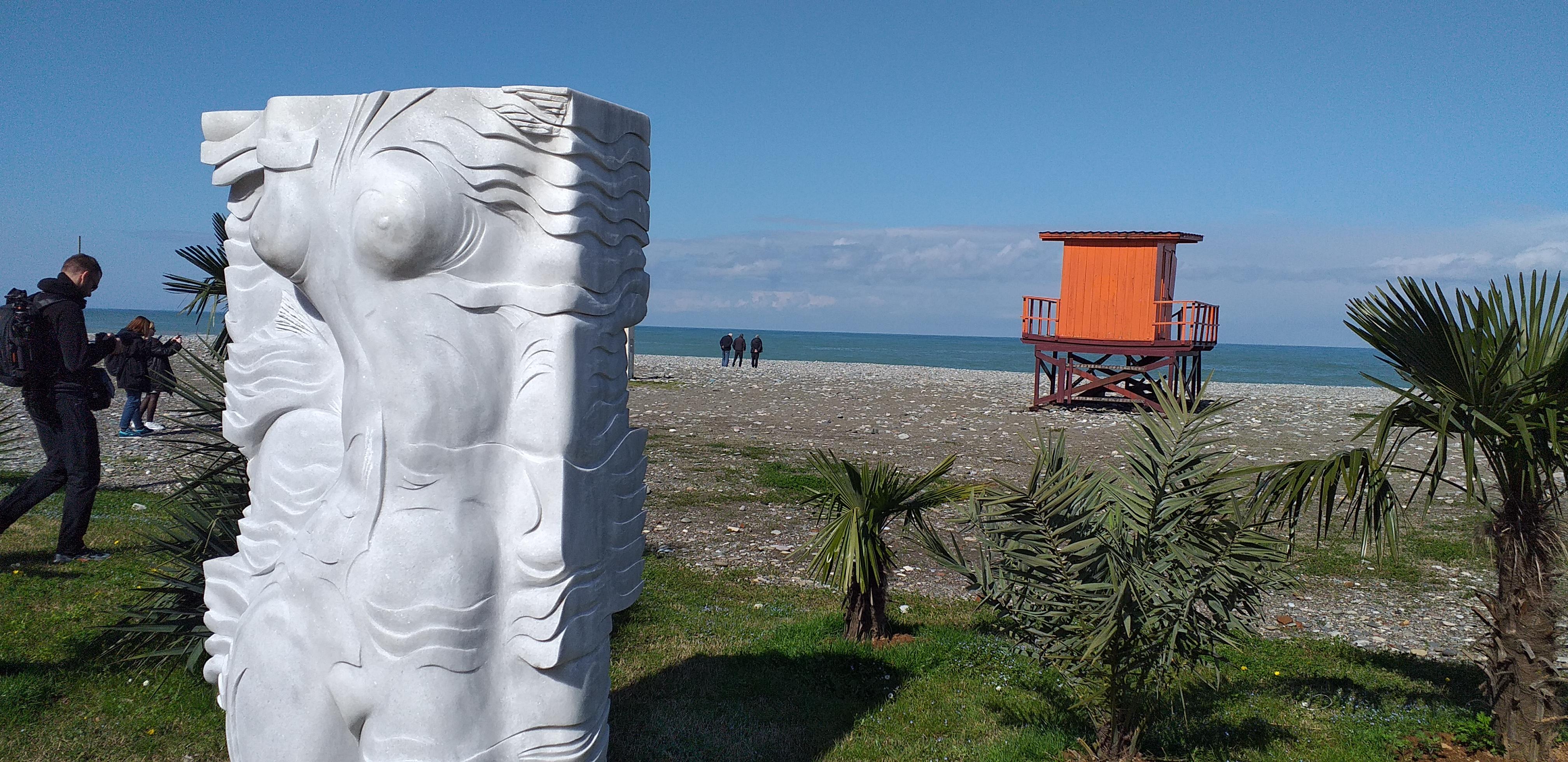 скульптура и будка спасателя на пляже в Батуми