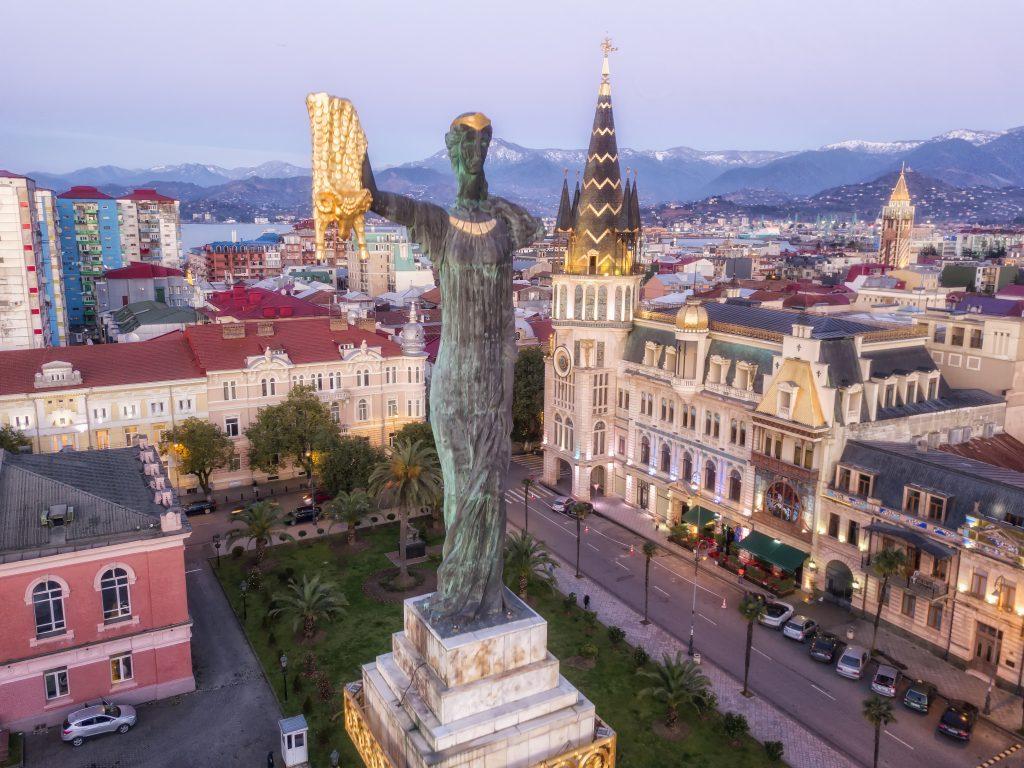 Статуя Медеи на площади Европы в Батуми
