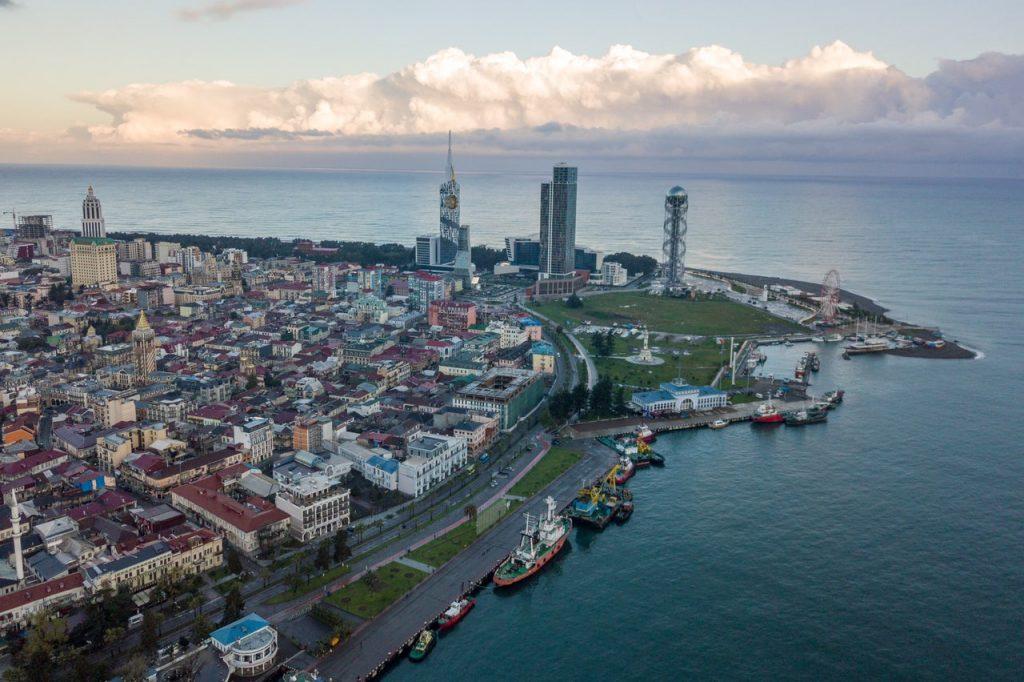 Батуми стоит на берегу Черного моря
