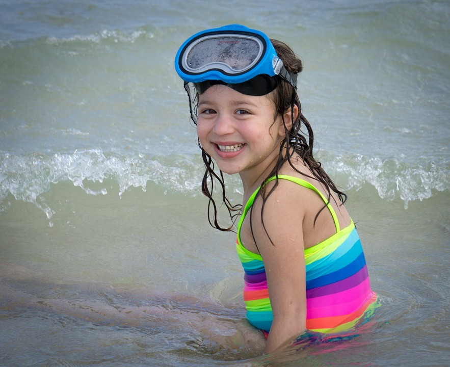 девочка на морском побережье
