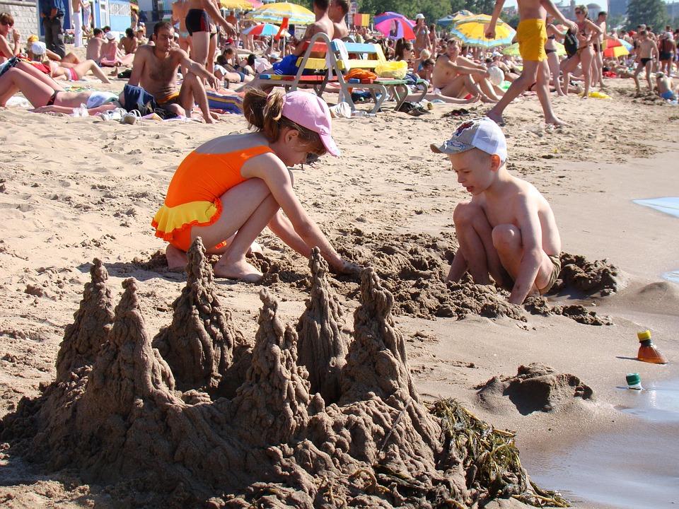 дети строят замки из песка