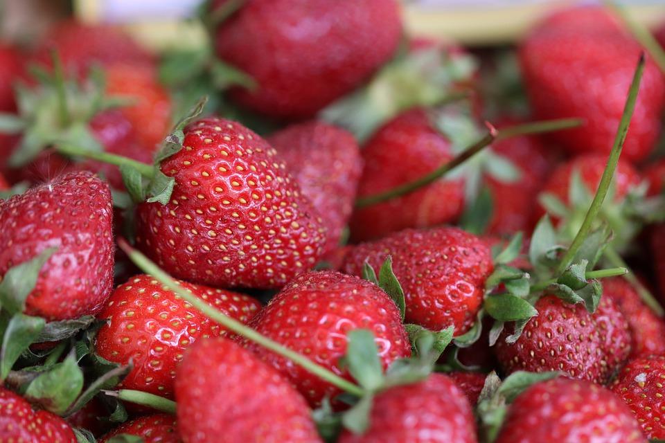 плоды клубники с листиками