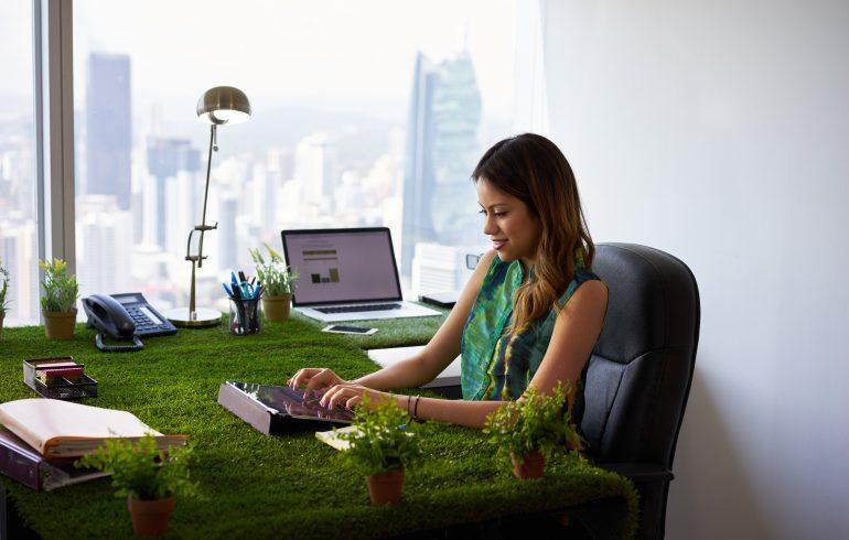 Поселите в офисе цветы