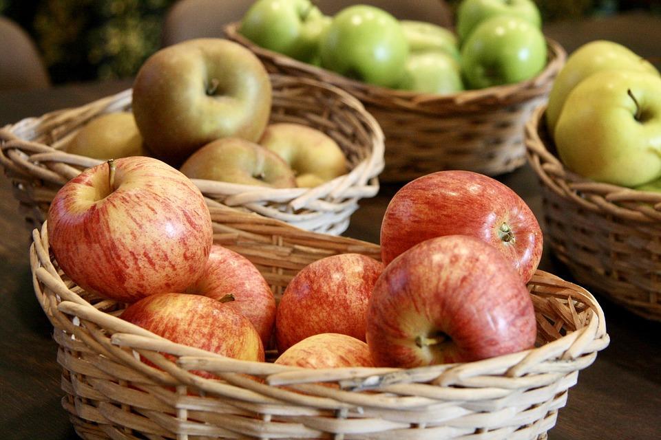 яблоки хранятся в корзинах