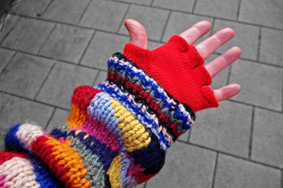 перчатки из овечьей шерсти на руке
