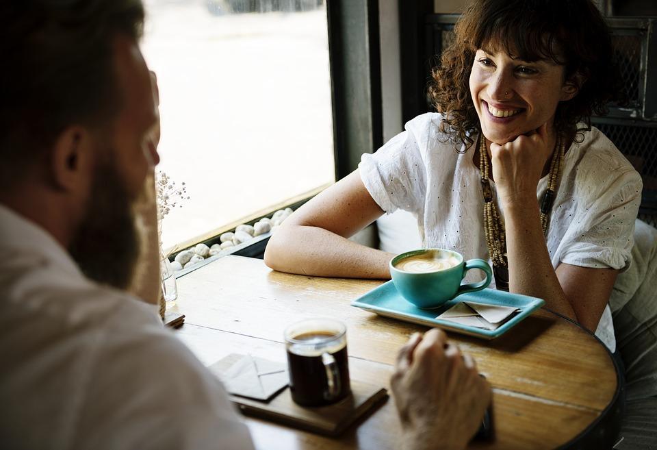 парень с девушкой пьют кофе в кафе