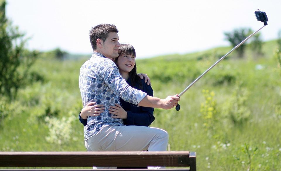 парень и девушкой делают селфи на природе