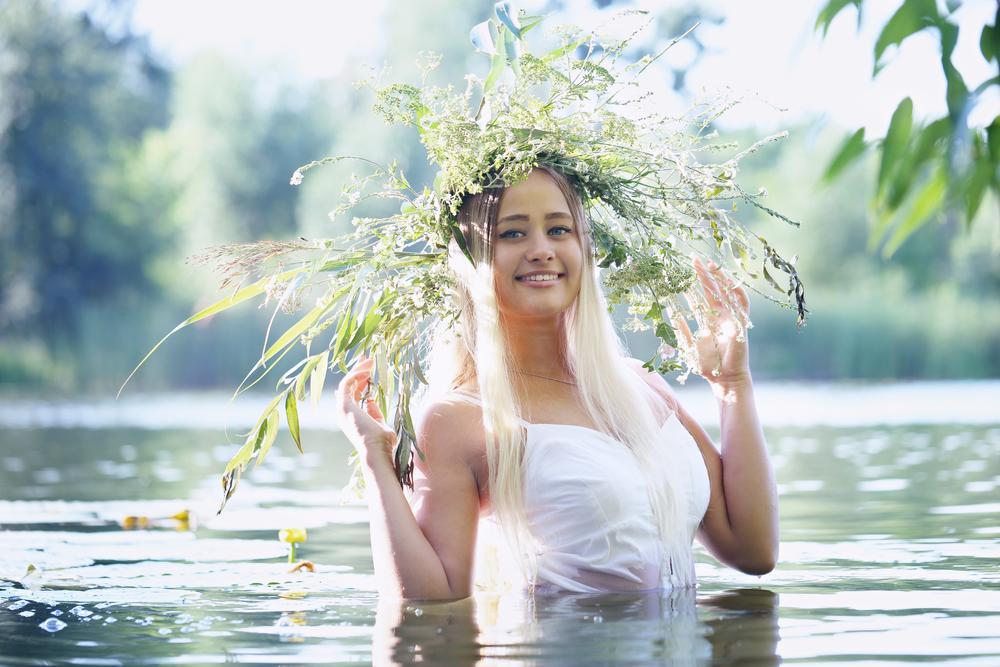 девушка в реке на празднике Ивана Купала