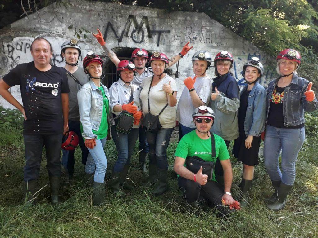 группа туристов перед подземным тоннелем в Черновцах