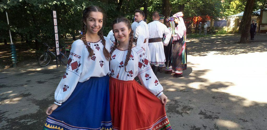 девочки в украиских костюмах на ярмарке в Черновцах