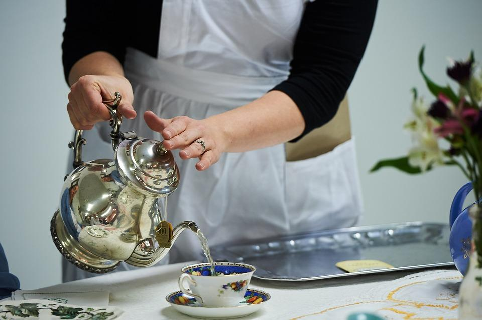 хозяйка наливает чай в чашку