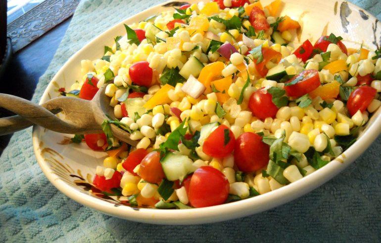 Летний салат с кукурузой
