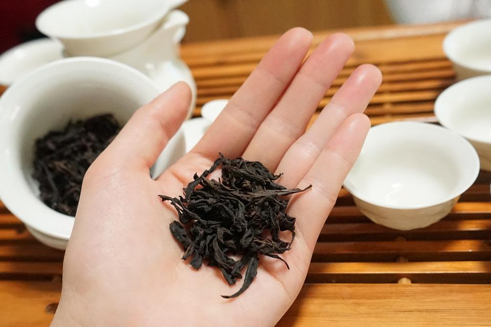 черный чай на ладони