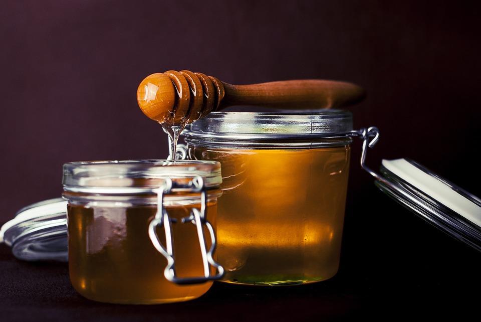 мед в стеклянных банках