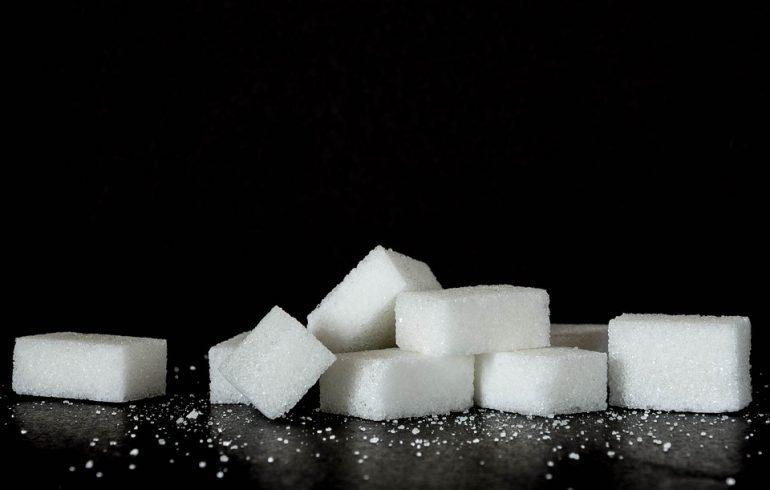 сахара рафинад на столе