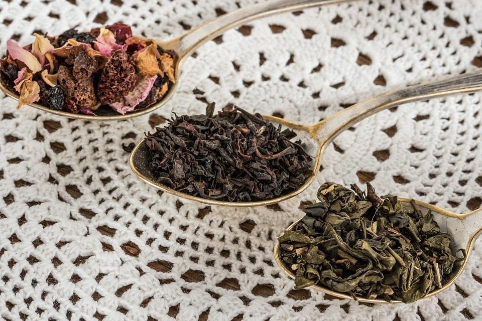 черный, зеленый и фруктовый чай в ложках