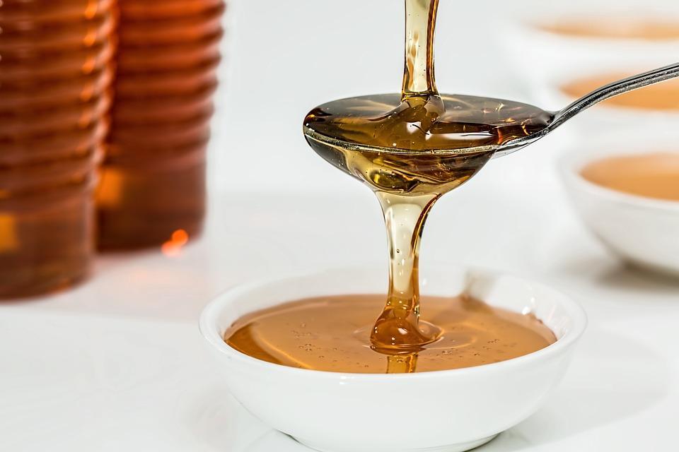 тягучий мед в ложке
