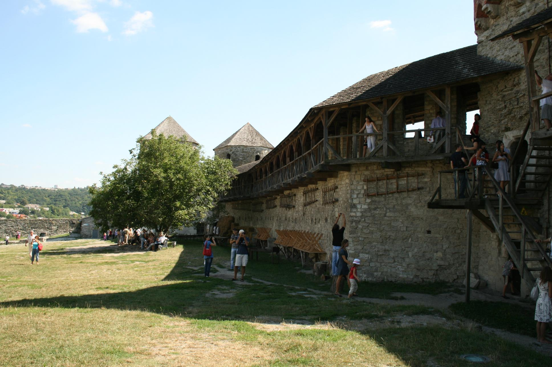 посетители гуляют в крепости Каменца-Подольского
