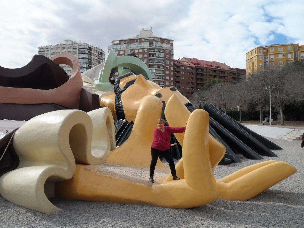 Лежащий на дне реки Гулливер в Валенсии